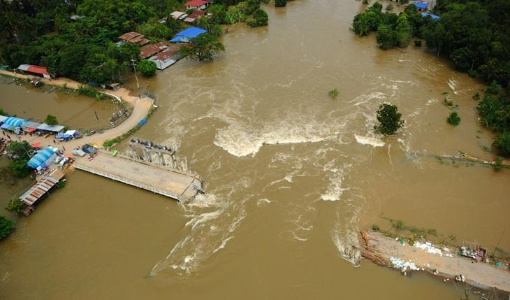 ภาพถ่ายความเสียหายบริเวณ ปตร.บางโฉมศรี ขณะเกิดอุทกภัย